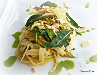 Spaghetti with pine nuts and rucola